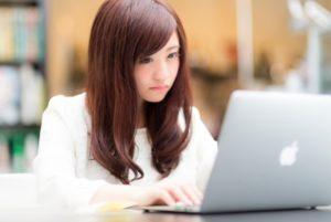 ネットに批判を打ち込む女性