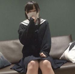 マスクをして座っている美女